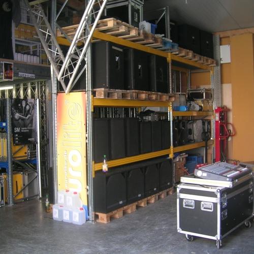 2001 bezog man die erste Lagerhalle, die direkt am Ladenlokal angebaut wurde